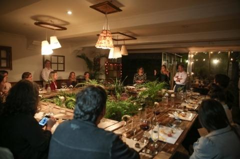 Um ambiente lúdico é criado em uma mesa coletiva