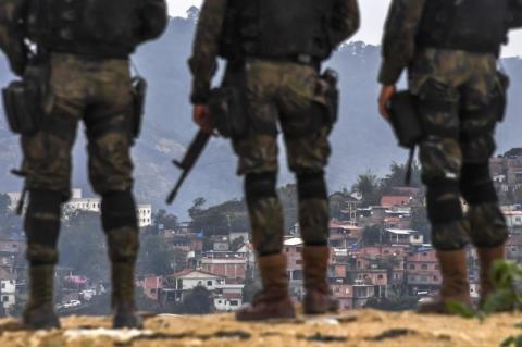 Laudo indica que tiro de fuzil atingiu João Pedro pelas costas