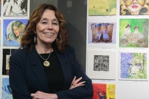 fotolegenda Liana Timm em noite de dupla exposição na Gravura Galeria de Arte