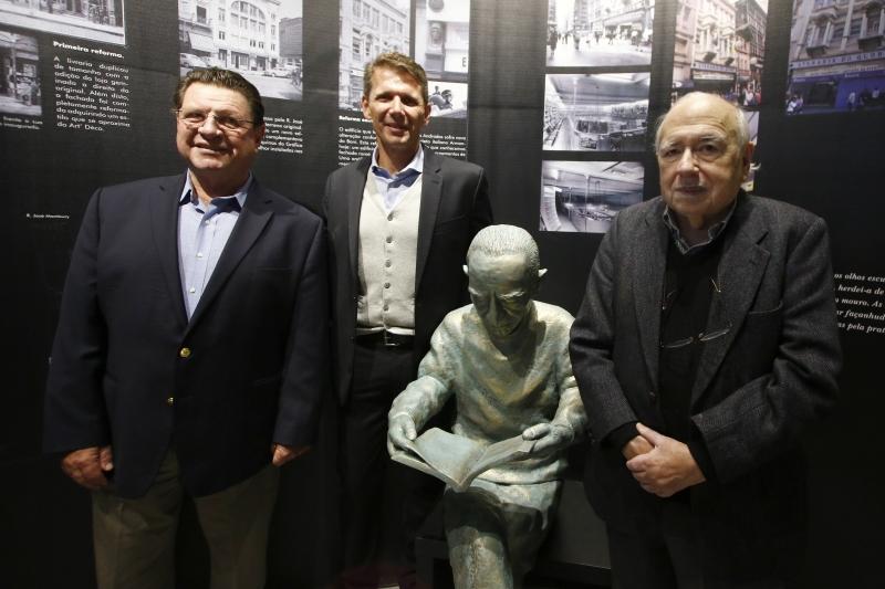 Oswaldo Schirmer, Fábio Faccio e Luiz Fernando Verisssimo na inauguração da estátua
