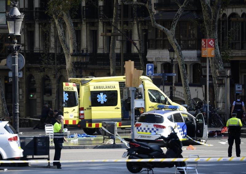 Polícia e ambulâncias se posicionam no local onde ocorreu a ação da van