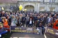 Servidores 'abraçam' Dmae em ato contra privatização