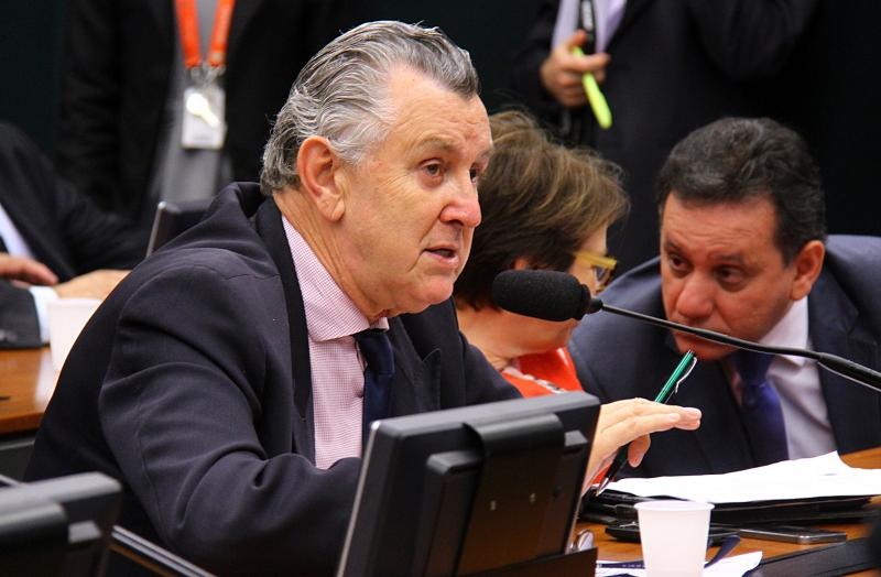 Câmara estuda desconto no salário de comissionados para bancar fundo eleitoral