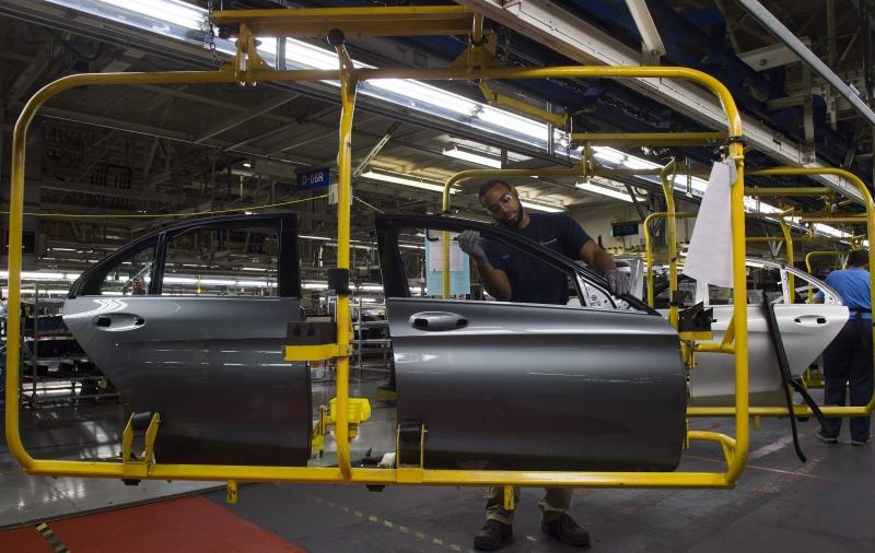 Produção industrial cai em março, mas avança 3,1% no trimestre — IBGE