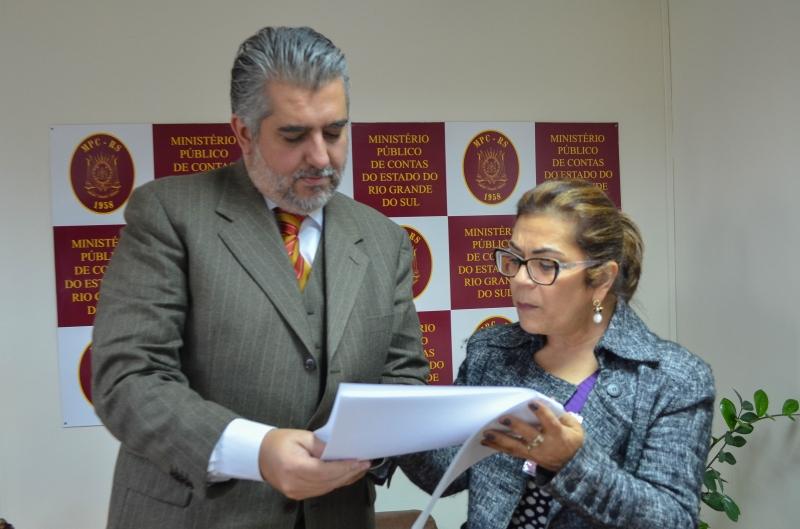 Stela Farias entregou solicitação ao procurador Geraldo Da Camino