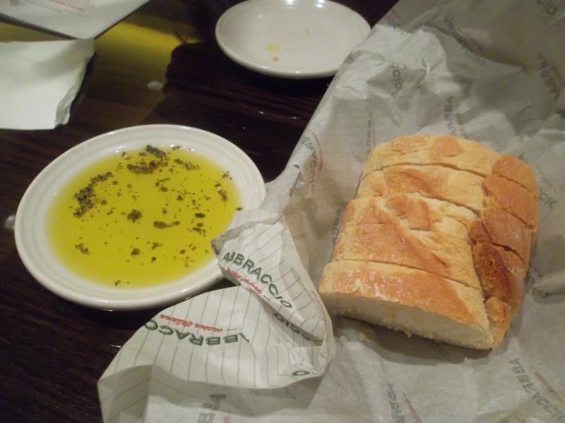 Pão crocante e azeite temperado com ervas são a atração no Abbraccio