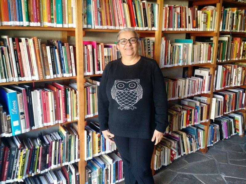 A jornalista Bete Duarte relê seu acervo, mantido em casa, para mostrar as referências culinárias das obras