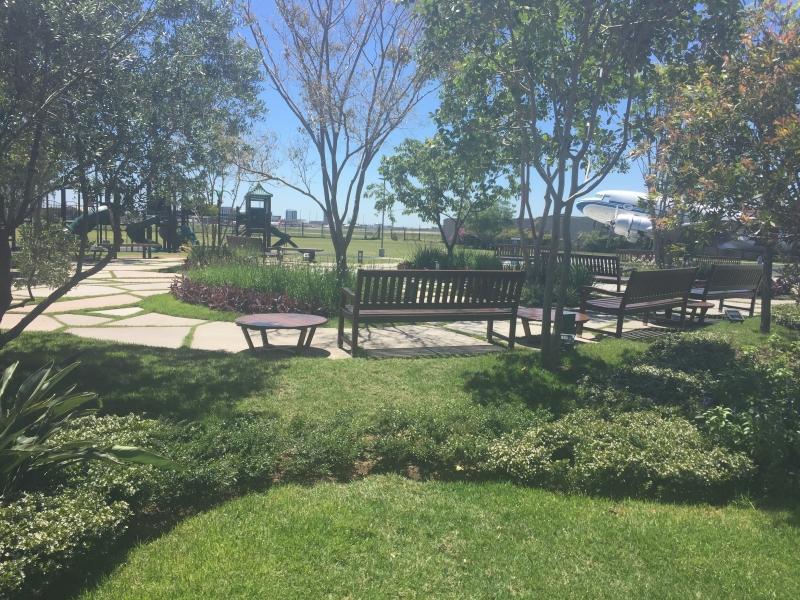 Espaço no Boulevard Laçador tem pequenos arbustos e bancos à sombra