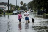 Furacão Harvey chega à costa do Texas e atinge casas e empresas