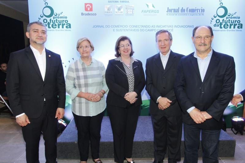 Edegar Pretto, Ana Amélia Lemos, Maria Helena Sartori, Mércio Tumelero e José Ivo Sartori na cerimônia, na sede da Farsul