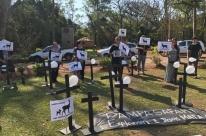 Ativistas protestam em frente ao Pampas Safari