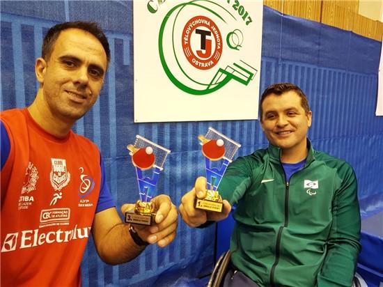 Segatto (e) levou o bronze, enquanto Knaf (d) ganhou o ouro