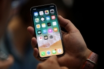Após filas pelo mundo, iPhone X chega ao Brasil