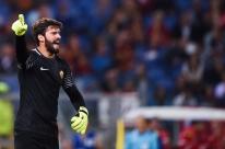 Jornais europeus elogiam atuação do goleiro Alisson na Liga dos Campeões