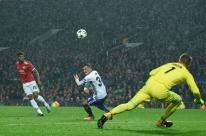 Com facilidade, Manchester United bate o Basel na estreia; Benfica perde em casa
