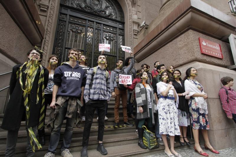 Em Porto Alegre, protesto em frente ao Santander Cultural repudiou  cancelamento da mostra Queermuseu