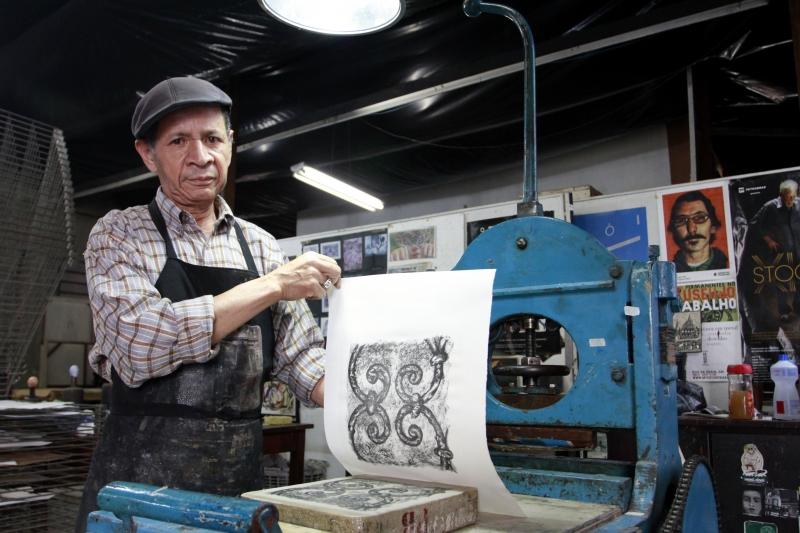 Fotos de técnico de litografia, o Paulinho Chimendes, que ministra oficinas da técnica no Museu do Trabalho