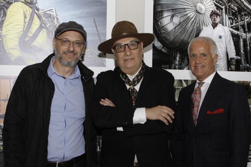 O fotógrafo Eurico Salis com o secretário de cultura Victor Hugo e Dilmar Bosco Portela, diretor do Memorial do RS