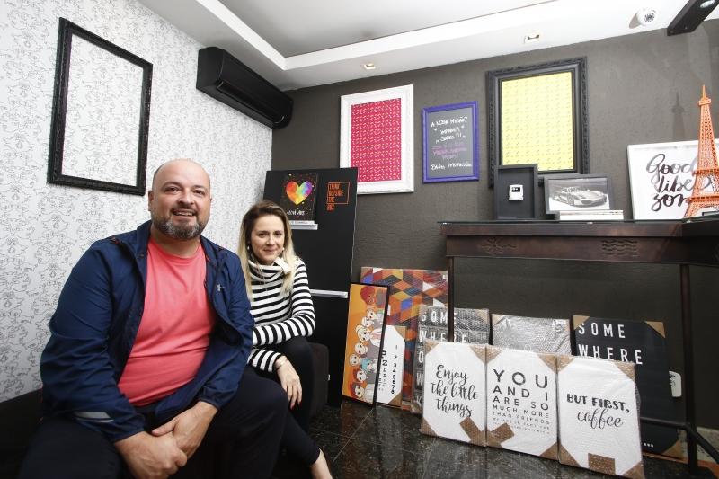 Cássio Bitencourt e Letícia Reginato são os donos da Bang Impressões