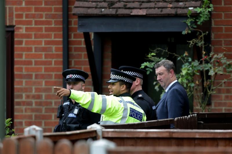 Policiais fizeram buscas neste domingo em uma casa em Stanwell, nos arredores de Londres