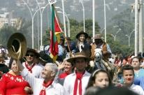 Desfile Farroupilha reúne milhares na orla do Guaíba, em Porto Alegre