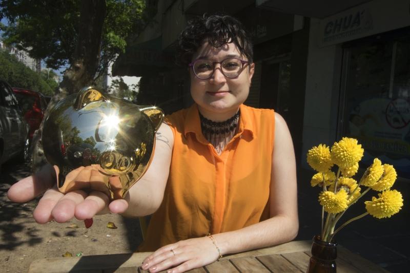Leila, que criou uma consultoria financeira para mulheres, sugere: se só puder guardar R$ 30,00, guarde