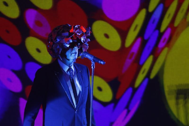 Banda usou muitas luzes, criando uma atmosfera de uma grande discoteca no Pepsi on Stage