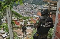 Forças Armadas começam a deixar a favela da Rocinha no Rio de Janeiro