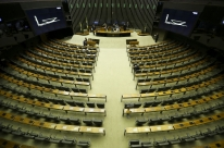 Deputados adiam leitura de denúncia contra Temer