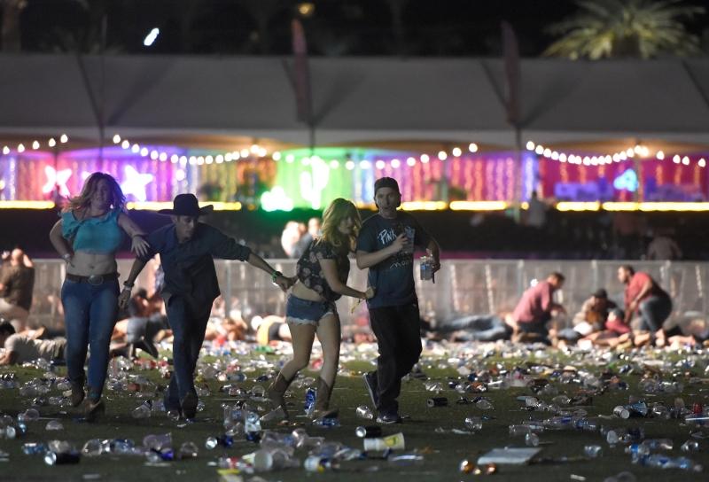 Ao ouvirem os disparos, as pessoas começaram a se deitar no chão e a procurar abrigo