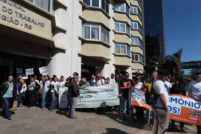 Funcionários das instituições se reuniram em frente ao Tribunal Regional do Trabalho, em Porto Alegre