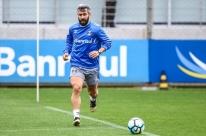 Douglas passará por nova cirurgia no joelho e só volta em 2018