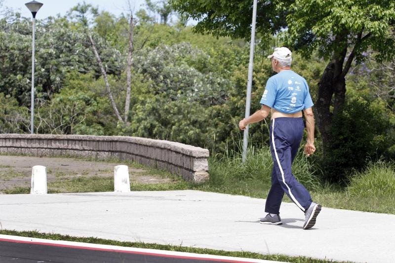Pessoas acima de 60 anos podem ser multadas se forem flagradas passeando em parques e praças