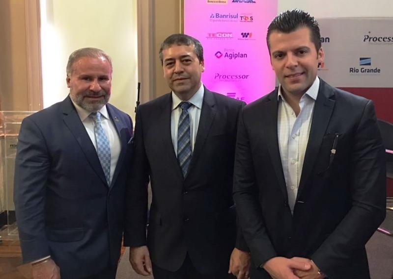 O ministro do Trabalho, Ronaldo Nogueira, entre Valdomiro Soares e Willian Soares, na reunião-almoço Tá na Mesa, da Federasul
