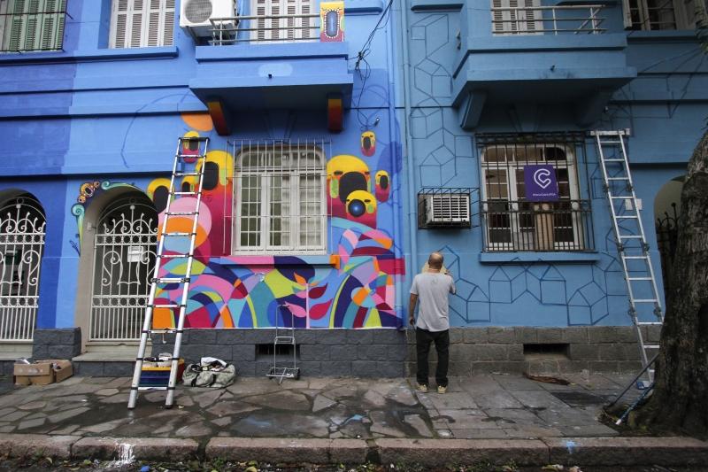 Grafiteiros pintam fachadas de sobrados na rua Alberto Torres
