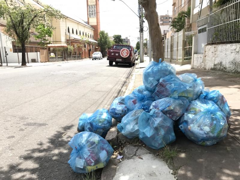 Sem coleta, moradores deixam lixo nas ruas da Capital