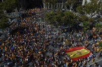 Manifestação contra separação da Catalunha leva milhares às ruas em Barcelona