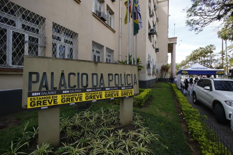 Agentes promoveram piquete em frente ao Palácio da Polícia