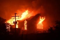 Incêndio mata pelo menos 10 em região vinícola da Califórnia