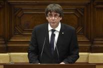 Líder catalão declara independência, recua e propõe diálogo com Madri