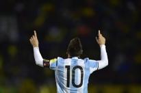 Messi marca três, Argentina impede vexame e garante vaga na Copa do Mundo