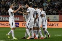 Grécia goleia e vai para repescagem da Copa; irmãos Hazard garantem vitória belga