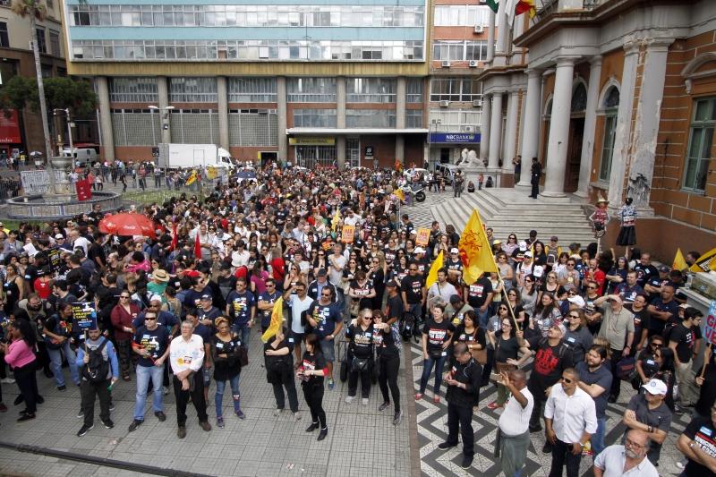 Cerca de 4 mil servidores participaram da concentração no Paço Municipal