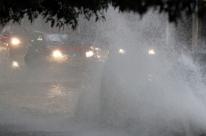 Chuva torrencial causa alagamentos em vias de Porto Alegre