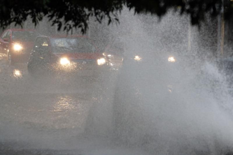 Acúmulo de água na pista chegou a encobrir os carros que passavam pela avenida Eng. Luis Englert