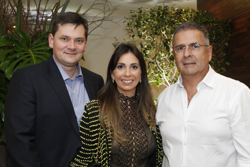 Richard e Vanessa Schwambach com o arquiteto Mário Quintana