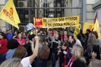 Professores bloqueiam entrada do prédio da Sefaz em Porto Alegre