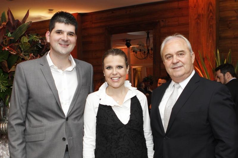 Fernando Nienaber e Lizianne Koch Nienaber com Laury Ernesto Koch na recepção aos convidados