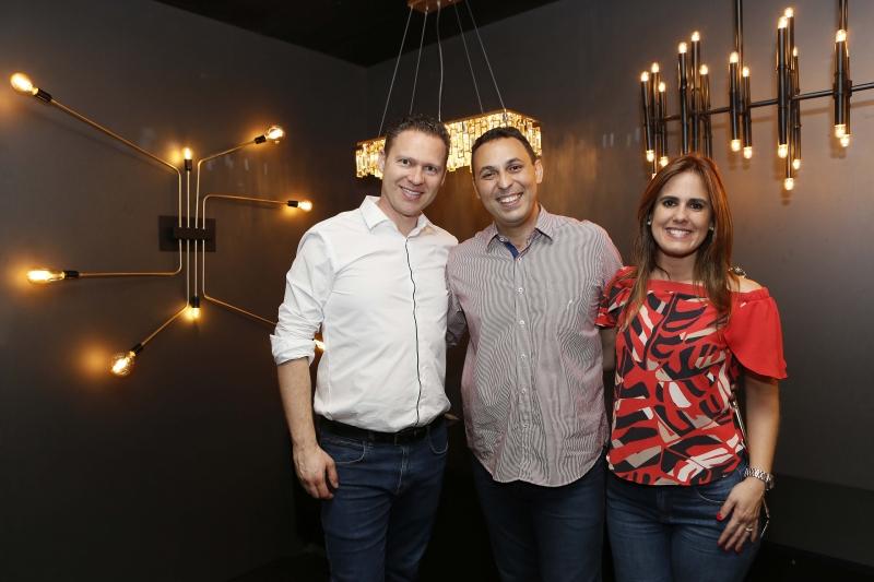 Rodrigo Costa Assis entre Marcos Blehm e Livia Brandão, no lançamento de seu livro Design da Iluminação, na Boutique dos Lustres