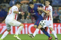 Barcelona supera expulsão, vence Olympiacos e se mantém 100% na Liga dos Campeões
